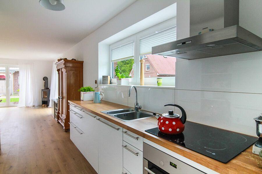 Offene Küche Weiß Mit Holz Arbeitsplatte   Ideen Einrichtung Stadtvilla  Haus Kiel ECO Massivhaus   HausbauDirekt