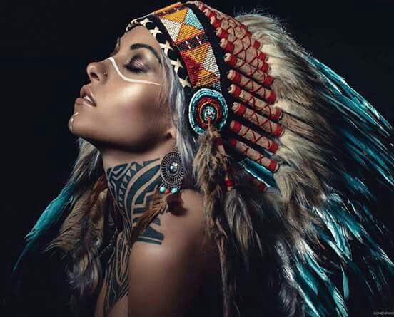 Un Jour J En Ferai Une De Coiffe Indienne Filles Amerindiens Coiffe Amerindienne Coiffe Indienne