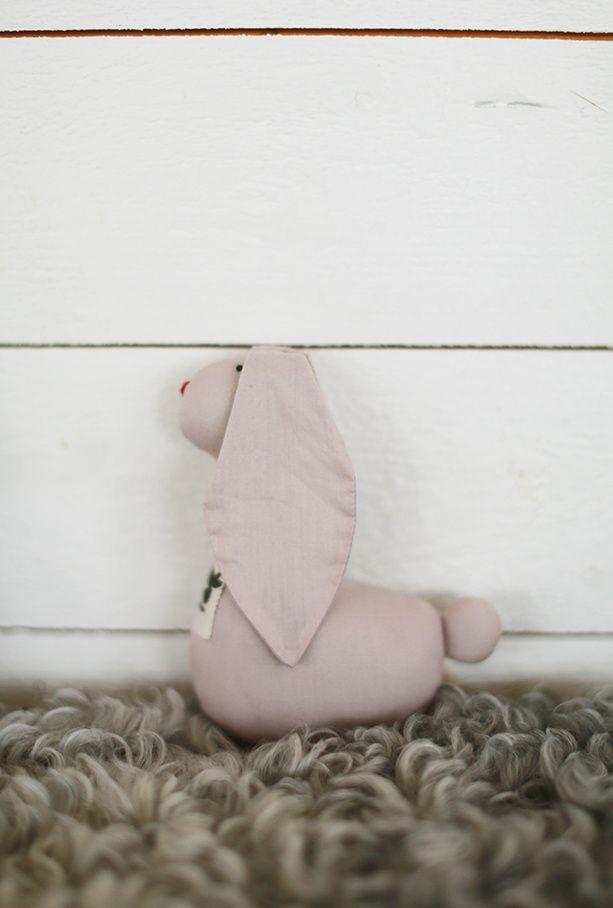 Beskrivelse:En rigtig fin lille ven til baby og barn. En kanin rangle i økologisk bomuld i rosa med grå ører og hale. Ranglen er med en lille klokken indeni.Materiale:100% økologisk bomuld, fyldt med 100% genbrugs polyester. Vask:40 grader fin vask
