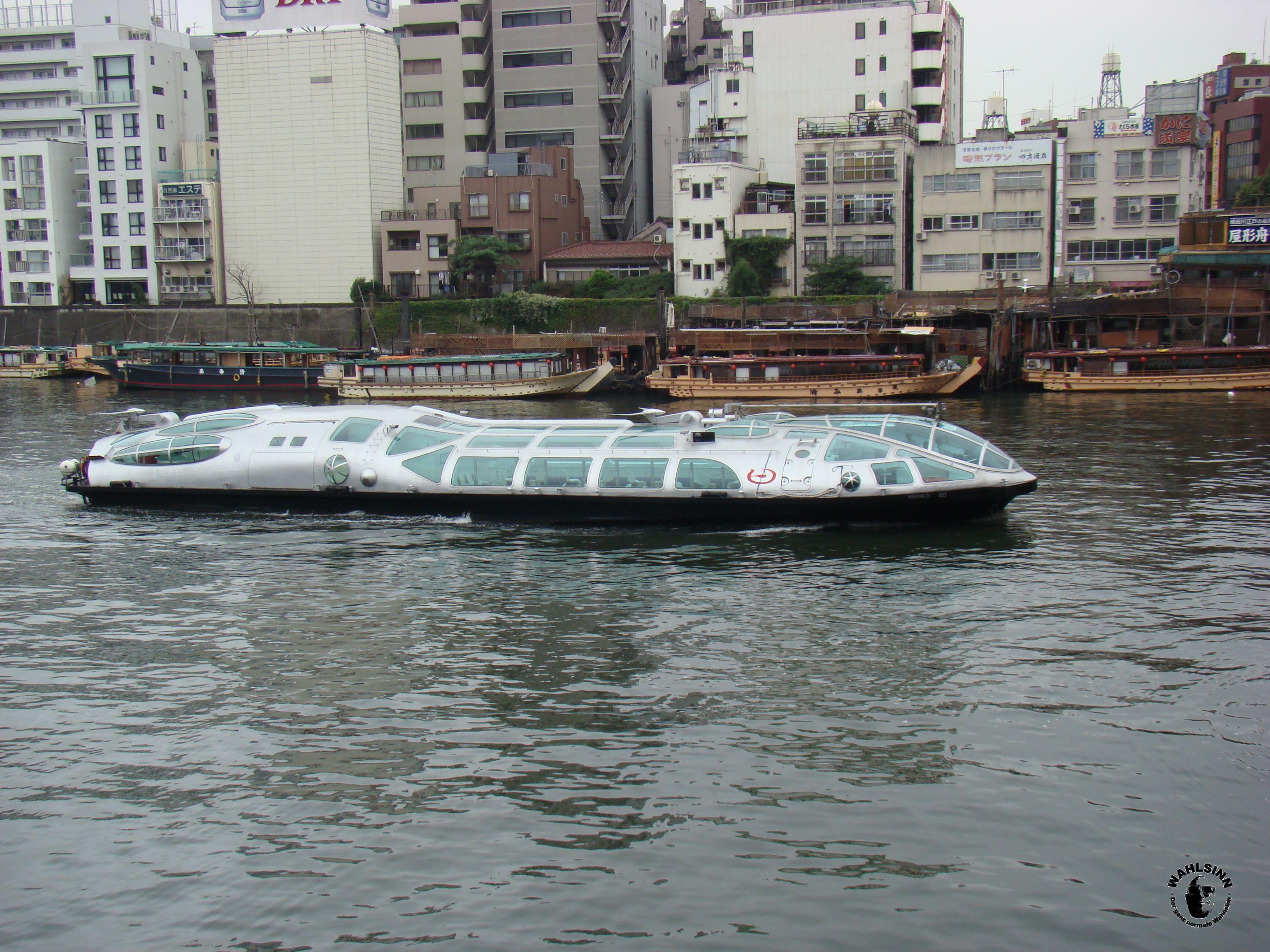 Japan // Tokio - Futuristische Boote auf dem Fluss in Asakusa
