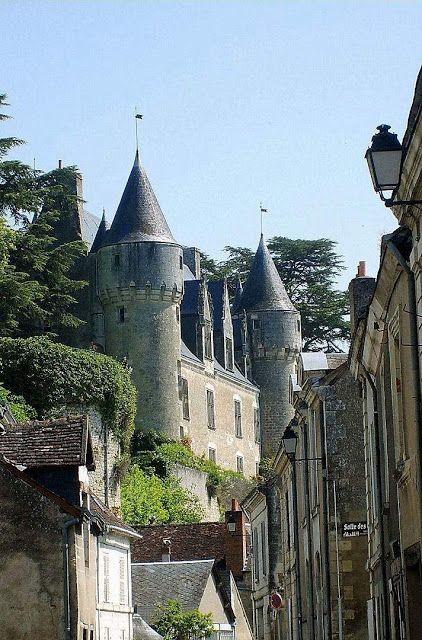 Montrésor é um castelo medieval que possui uma mansão renascentista dentro dos jardins.