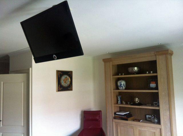 In deze slaapkamer heeft Radio Bakker Alkmaar de TV aan het plafond ...