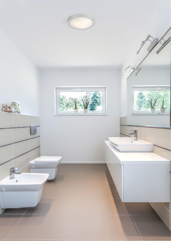 Salle de bain épurée et simple éclairée par un plafonnier moderne et ...
