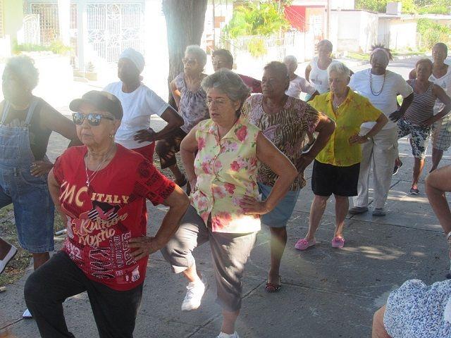 Por Rosa María Panadero Vega La participación del adulto mayor en la recreación física contribuye a mejorar la formación y desarrollo deportivo; así como el esparcimiento y el desarrollo de las habilidades físicas y coordinativas de las personas de la llamada Tercer Edad. Con esta premisa, la Dirección de Deportes en Santiago de Cuba efectuó …