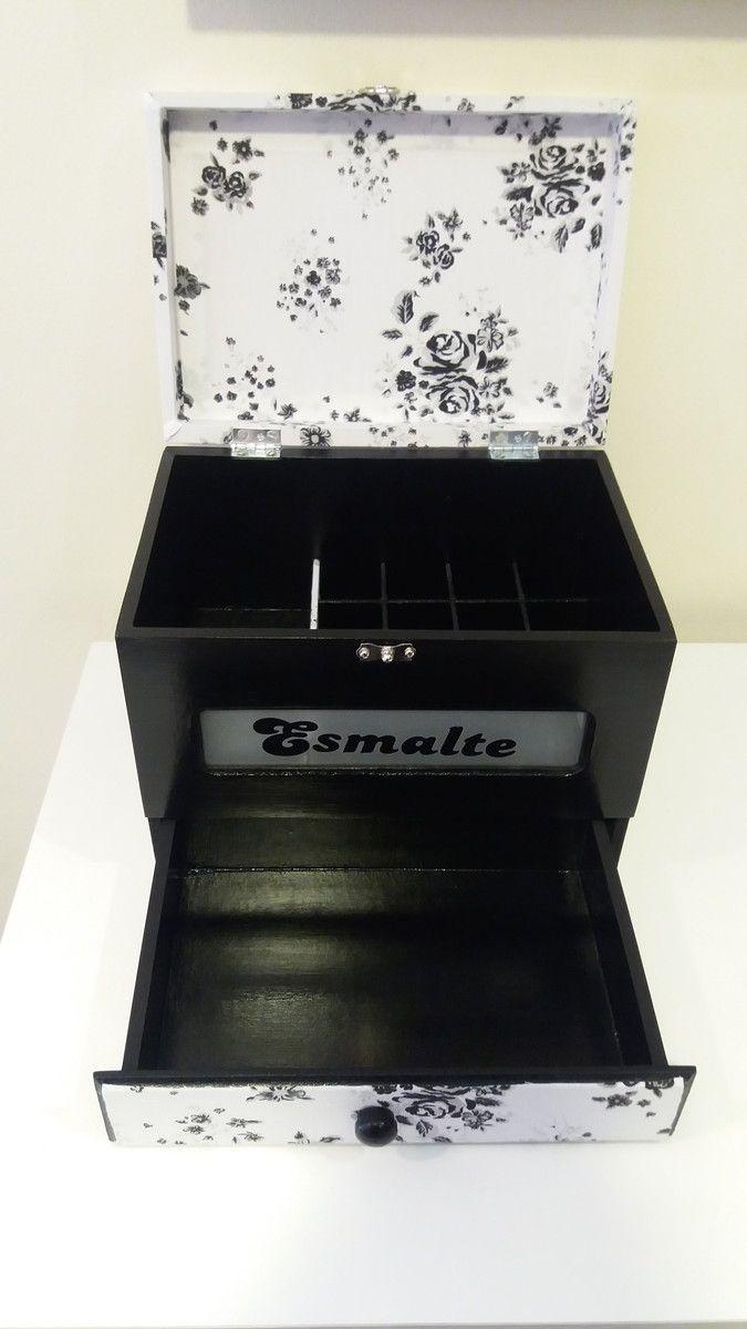 Porta esmalte com gaveta, preto com estampa floral preto e branco.    Comporta 16 esmaltes e espaço ao lado, na parte de baixo uma gaveta.    A tampa é forrada com tecido 100 % algodão na estampa preto e branco floral.    Para demais estampas e cores, consulte-nos.