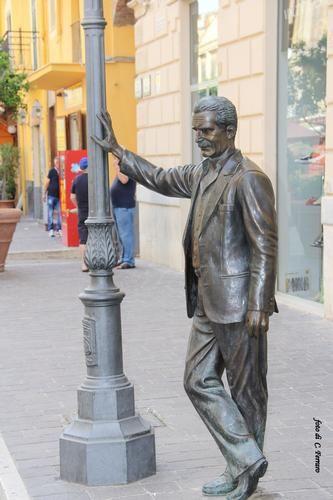 scultura in bronzo, opera di Giuseppe Agnello, omaggio al commissario Montalbano di Andrea Camilleri a Porto Empedocle (Vigata) - PORTO EMPEDOCLE -
