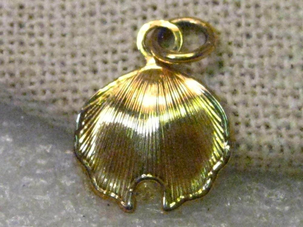#1852a* new, 1.1g 1.0 cm 10k Yellow Gold Round Scapular Jesus medal pendant