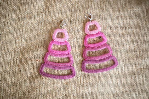Ombre pink earrings Trapeze earrings Crochet por MoreMDesign