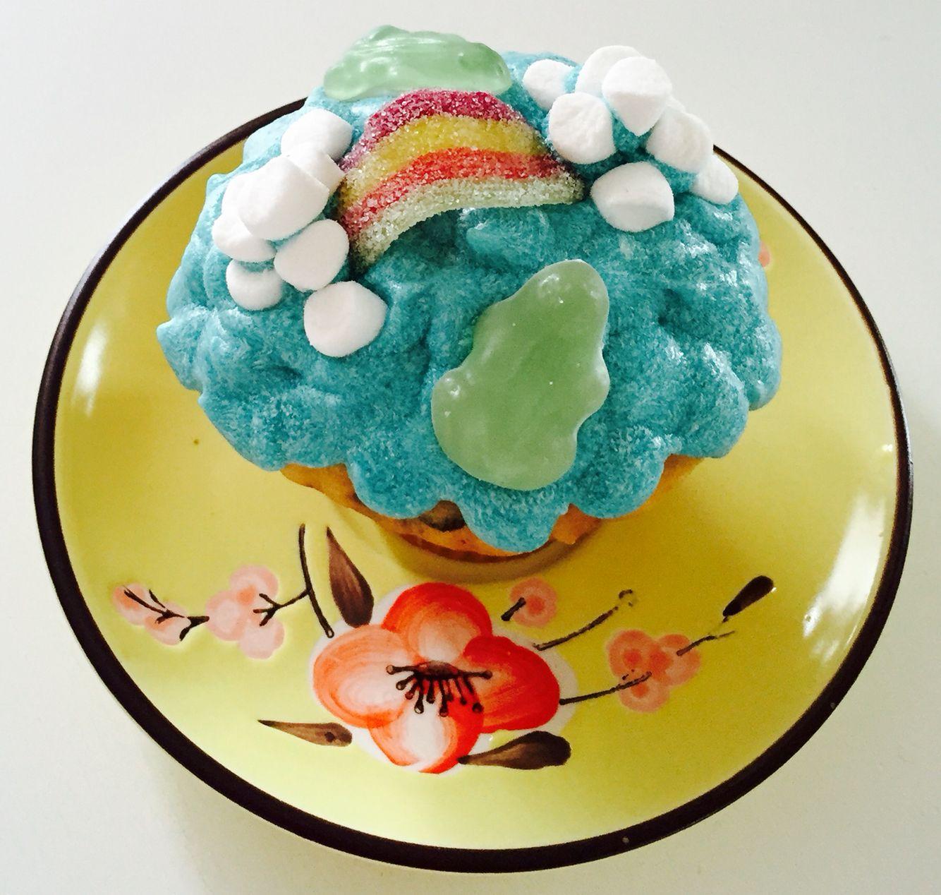 Chokolade muffin med blå creamchese topping og pynt.