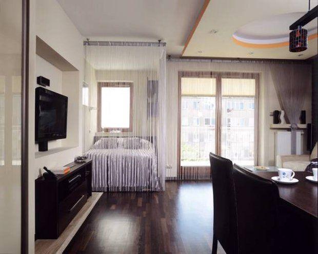 W Rogu Pokoju We Wnece Z Oknem Powstal Aneks Sypialny Na Podlodze Deski Z Debu Afrykanskiego Oraz Plyty Gresu O Small Apartments Home Decor Small Interior
