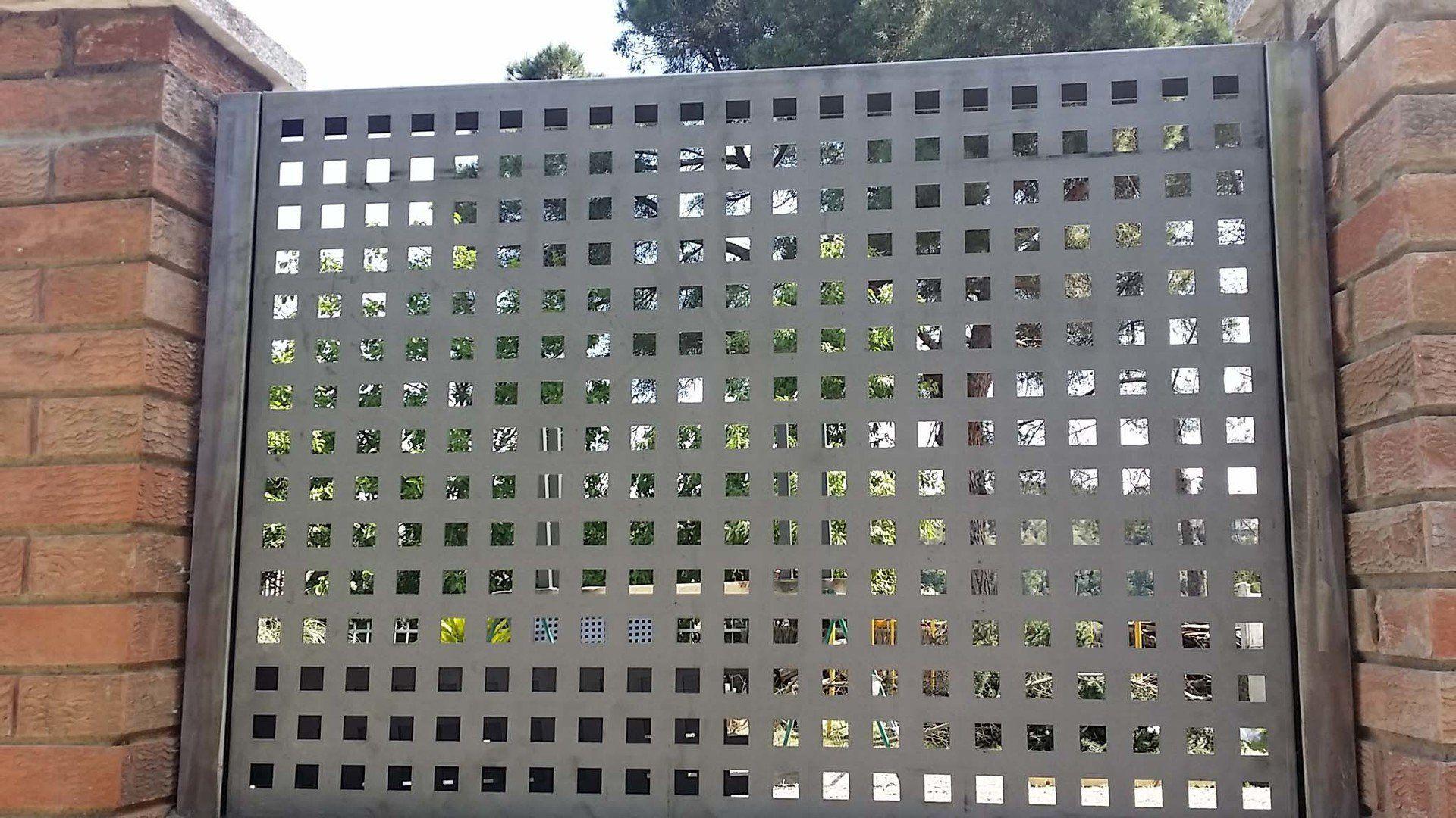 Verjas decorativas met licas chapa perforada de cerramientos vad a vallas y verjas de - Chapas metalicas decorativas ...