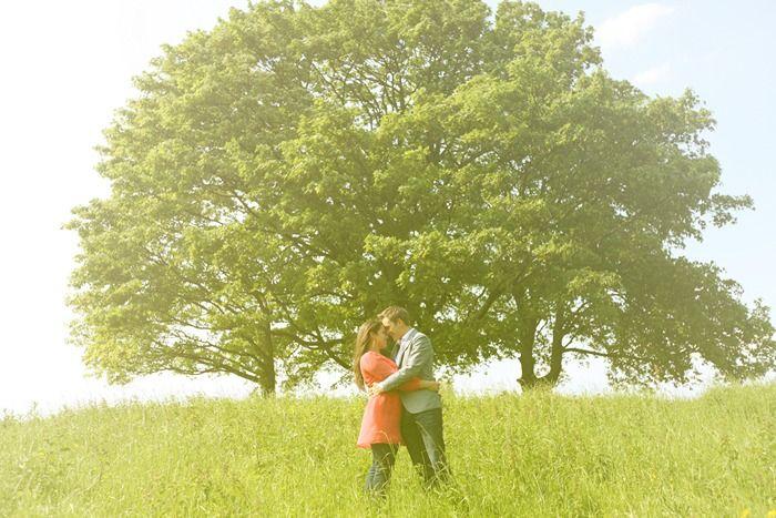 verloofden in het hoge gras voor een boom