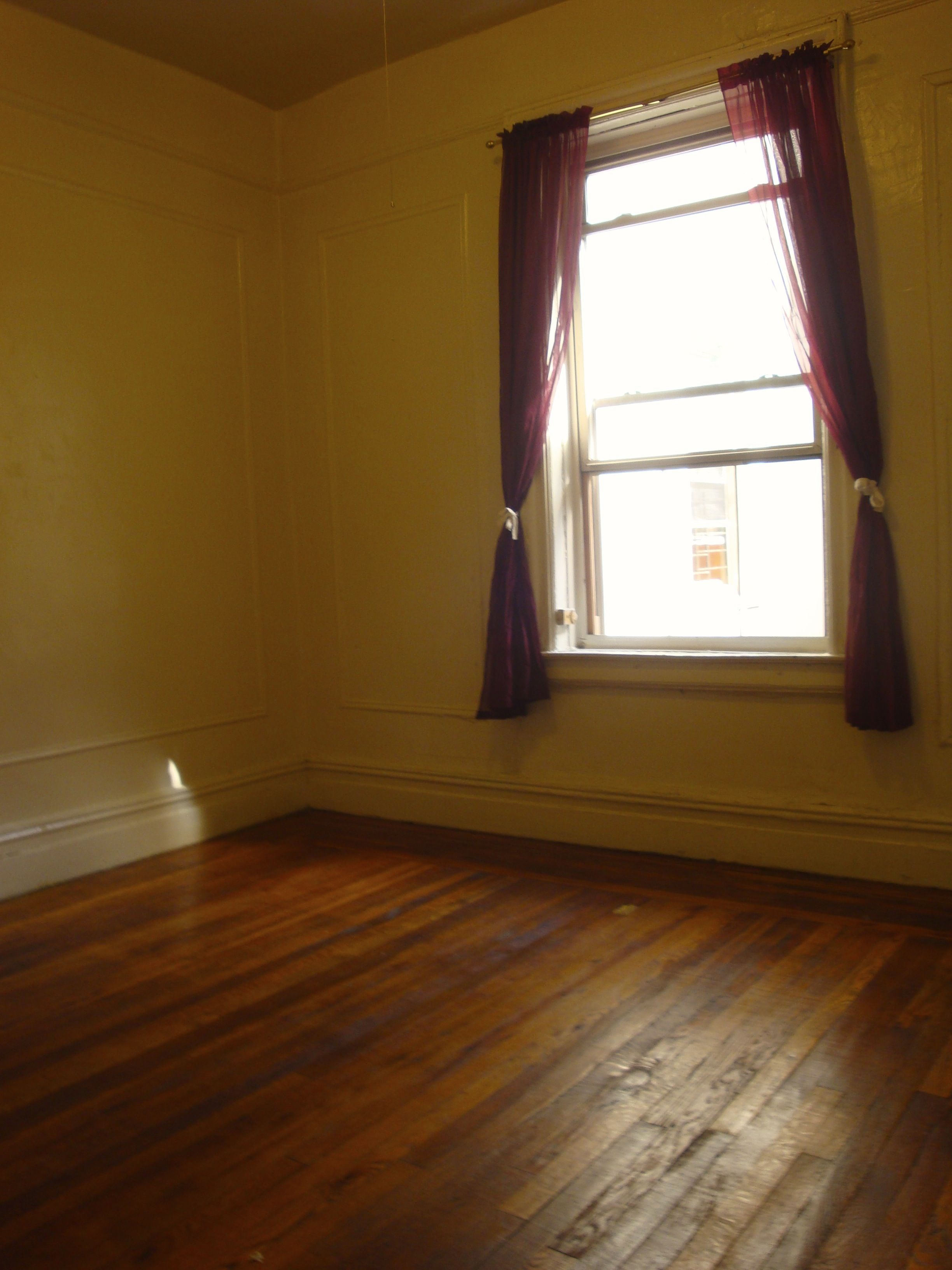 pinconvent ave. apartment on medium size room, unfurnished