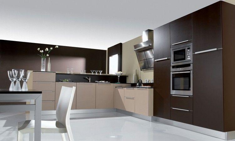 cuisine lgante avec une peinture murale marron chocolat des armoires en bois clairsombre et plancher blanc