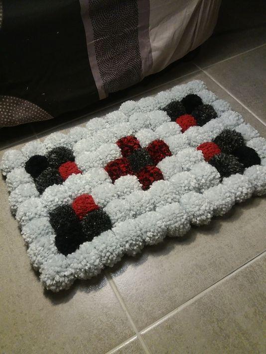 tutoriel diy faire un tapis en pompons via dou de ses mains pinterest tapis. Black Bedroom Furniture Sets. Home Design Ideas
