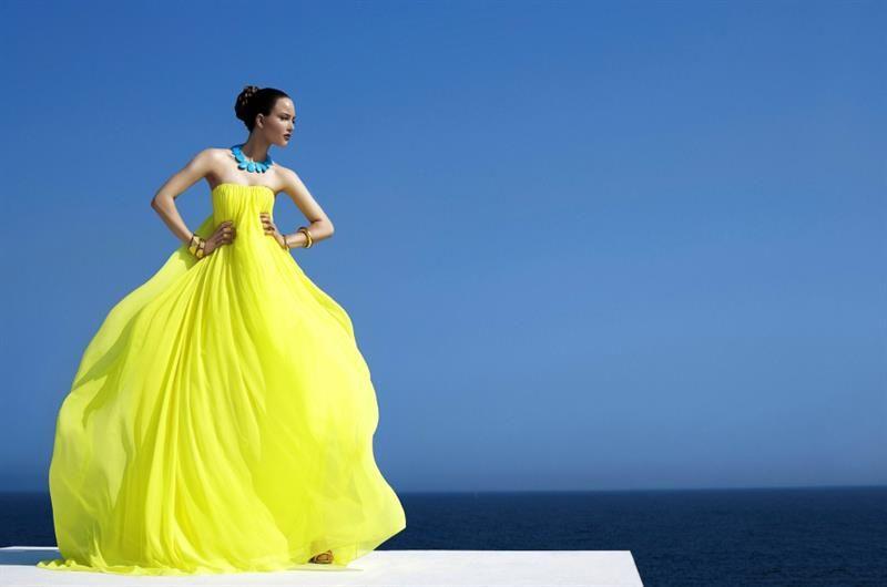 Девушка в желтом платье картинка