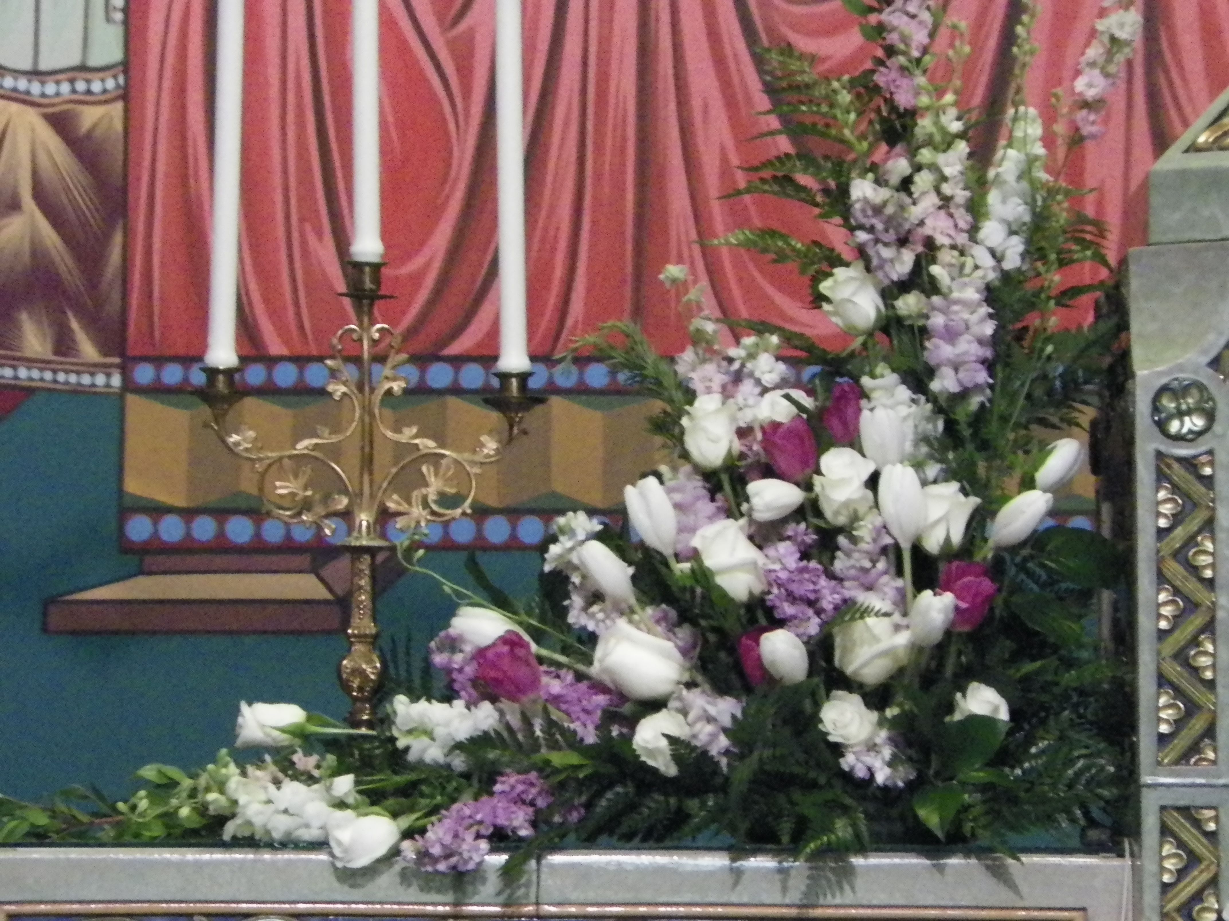 Altar Flowers in wedding colors framing the Tabernacle. Roses ...