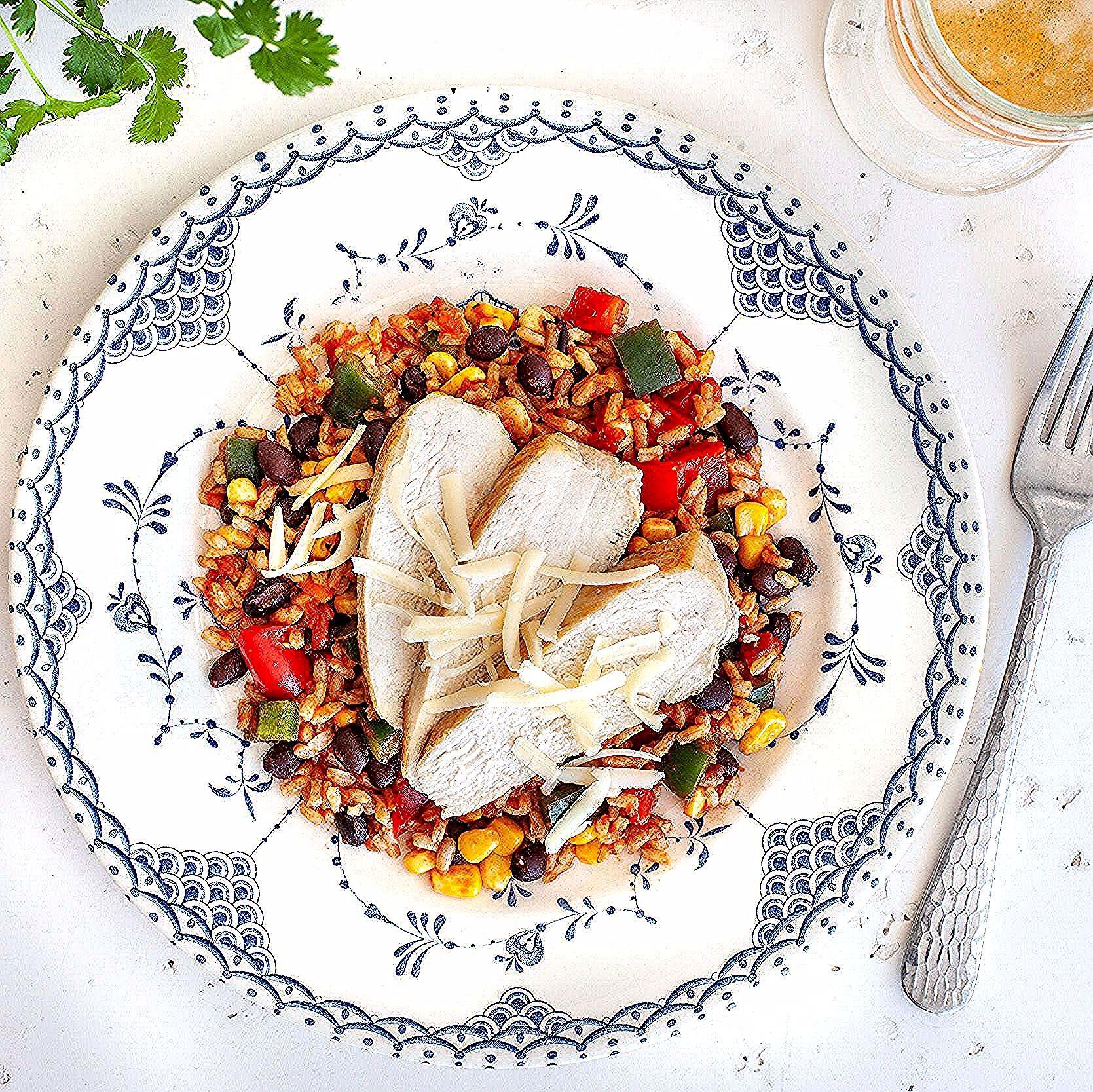 Vous aimez les plats relevés? Goûtez notre poulet à la mexicaine! Riz brun, haricots rouges, poulet,...