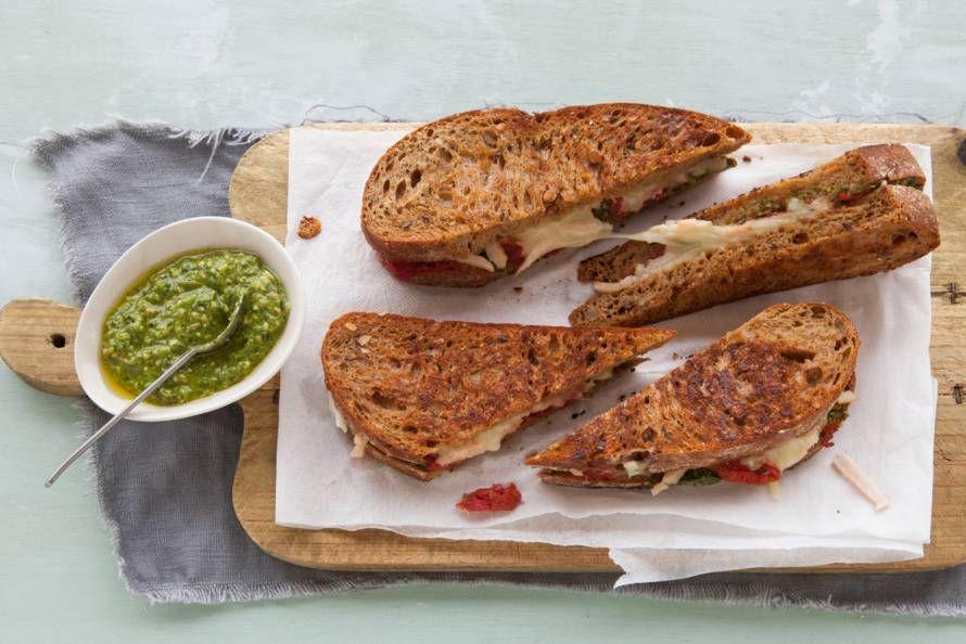 Het is weer voor deze heerlijke Italiaanse tosti met kaas, tomaat, kip en pesto - Recept - Allerhande
