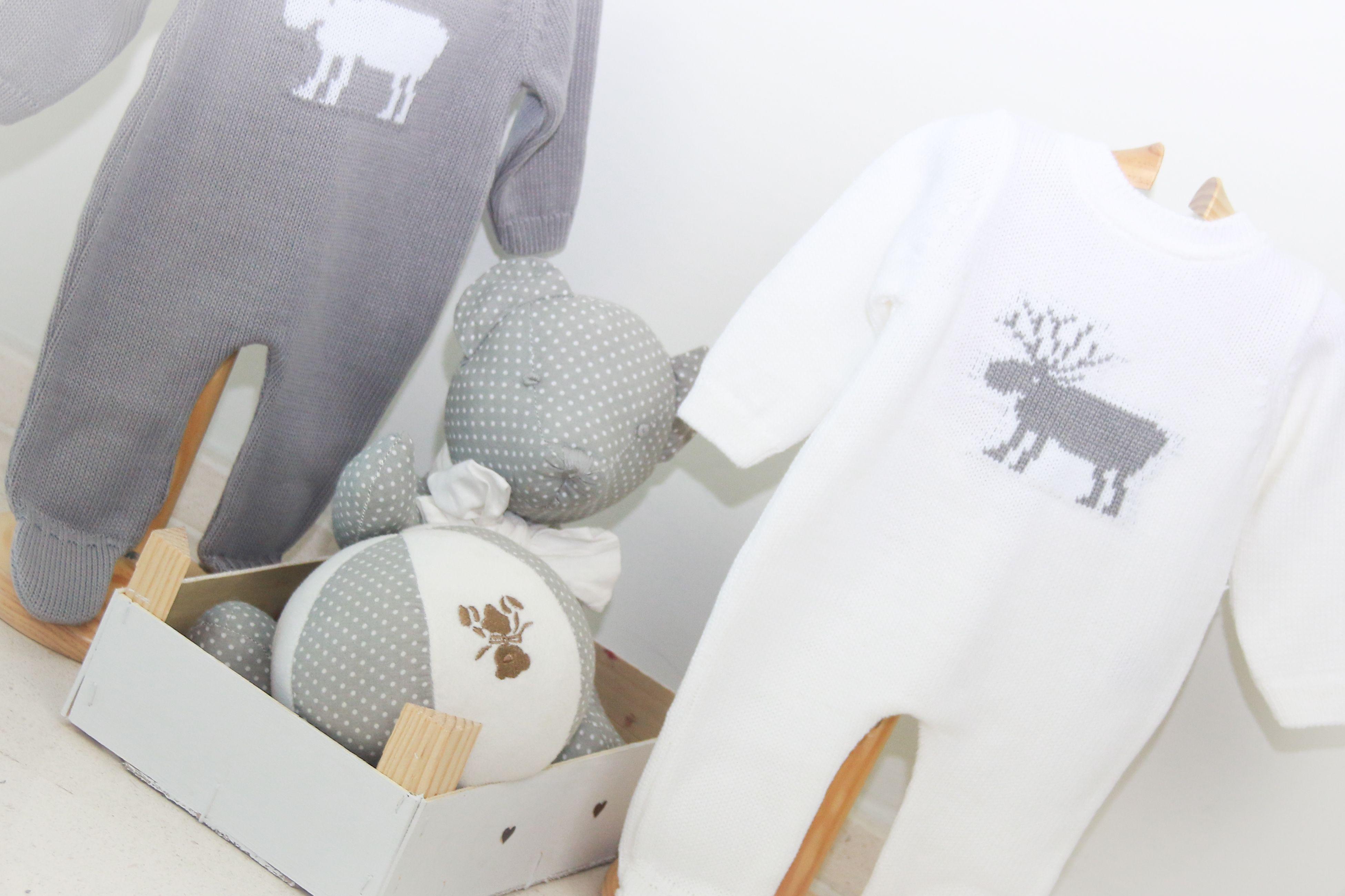 Ropa para bebés: Prendas en blanco y gris, perfectas para el invierno. #modainfantil #ropaparabebés http://chocolatbaby.es/catalogo-online/