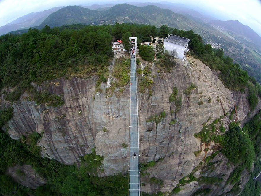 Puente de los Héroes, en Shiniuzhai Geopark (China) uniendo las dos cimas de la montaña Stone Buddha.