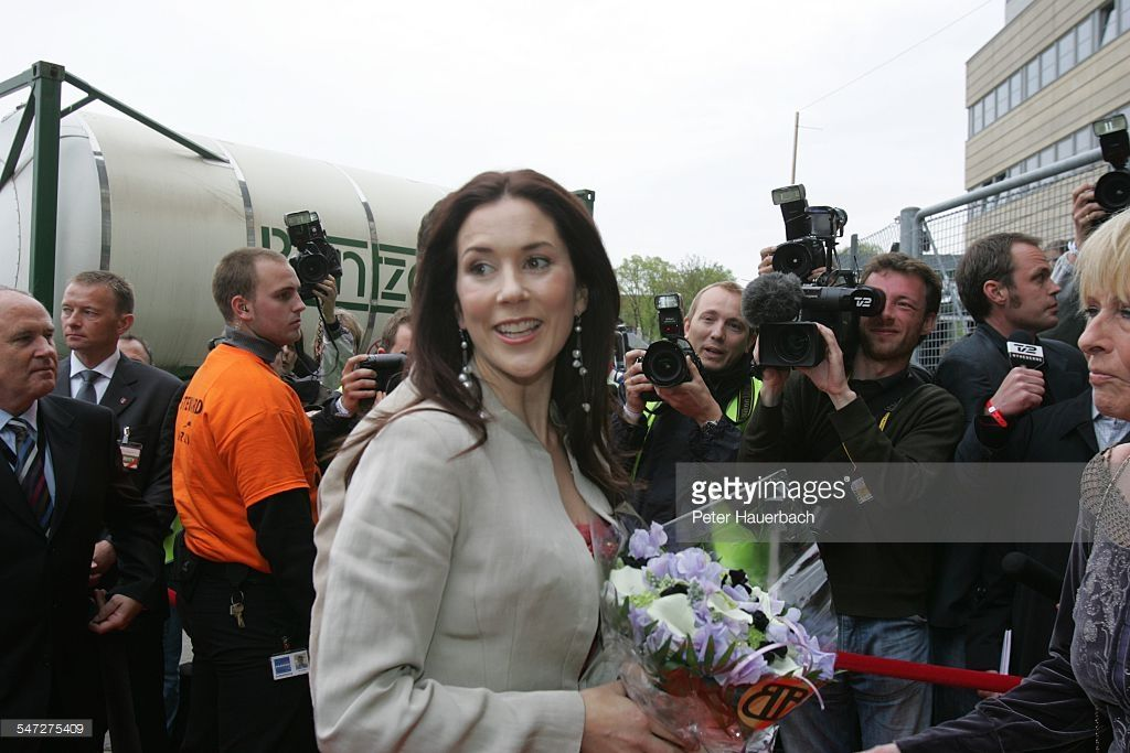 June 10, 2004--Kærlighed på første række (s. 9); Rock'n Royal; Velgørenhedskoncert i Parken i København i anledning af det kongelige bryllup; Mary Donaldson;