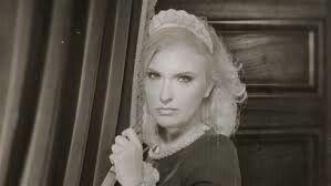 Louise: Ze is 26 jaar, weduwe. Ze is het nieuwe kamermeisje van de Villa des Roses.