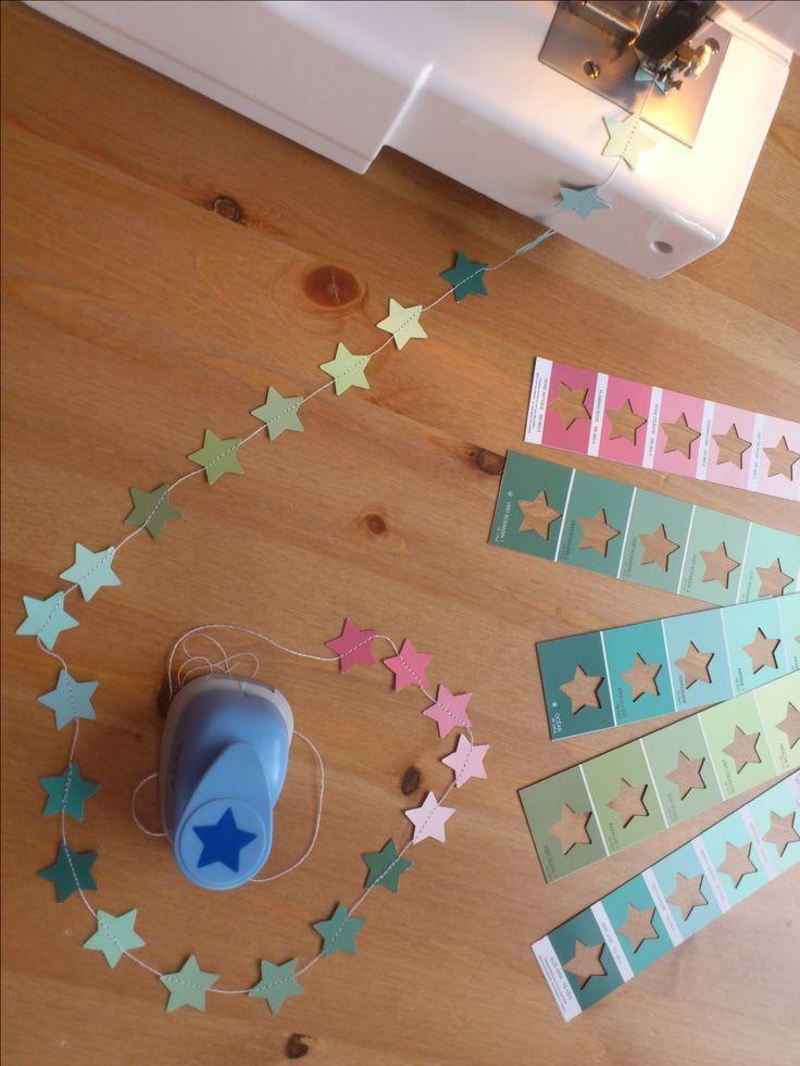 fensterdeko weihnachten #weihnachten Eine Sternenkette frs Kinderzi mmer aus Farbkarten. #bastelnadventkinder
