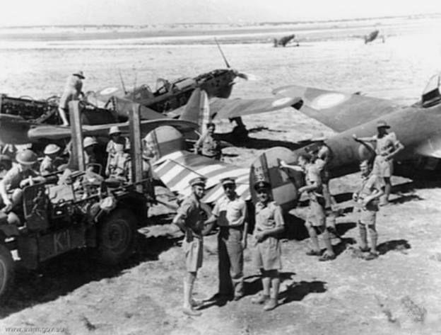Truppe australiane con Morane-Saulnier MS 406 e Potez 630 della Francia di Vichy catturati in un aeroporto siriano, luglio 1941.