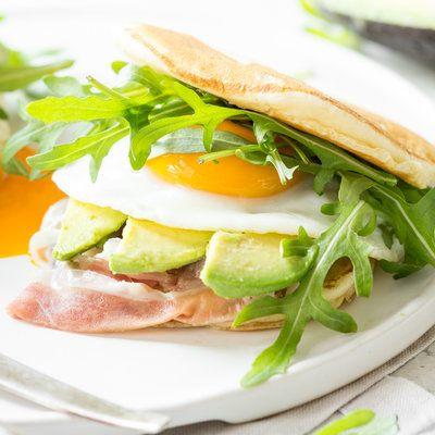 Pancake Sandwich mit Speck und Avocado_featured