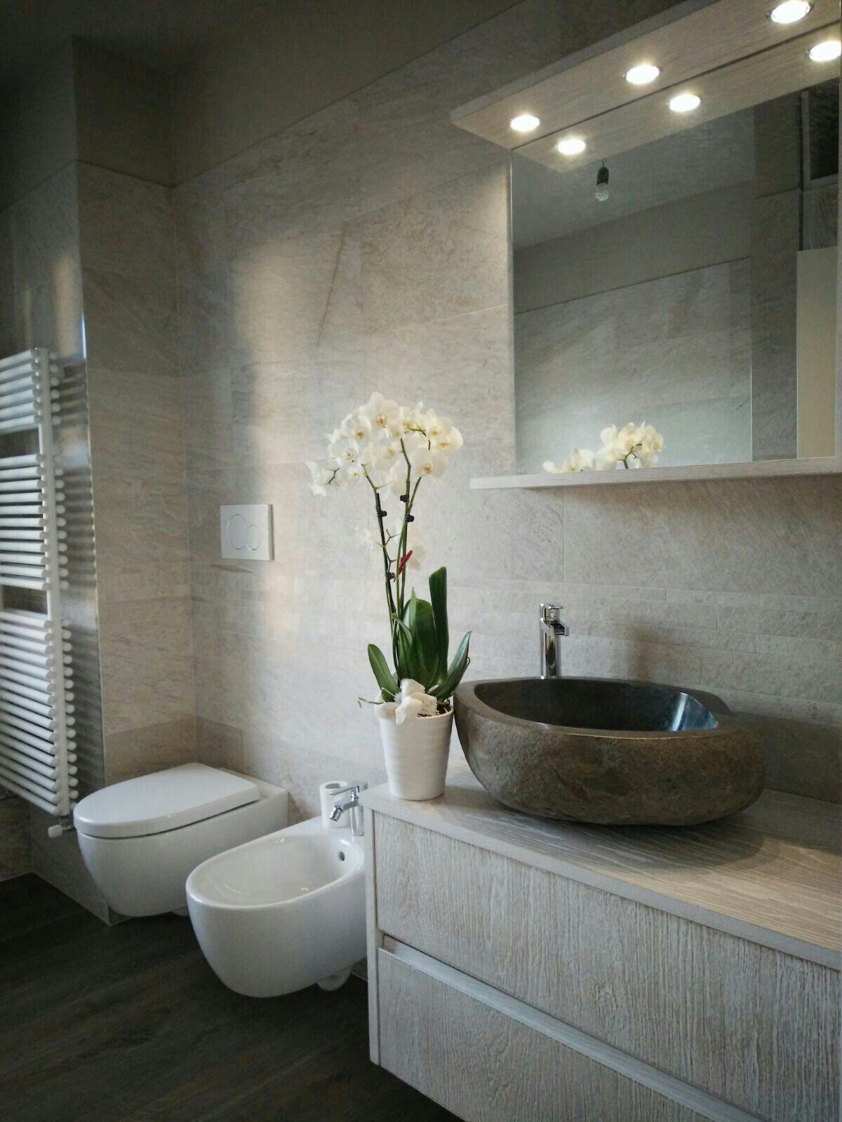Bagno moderno con lavabo in pietra naturale