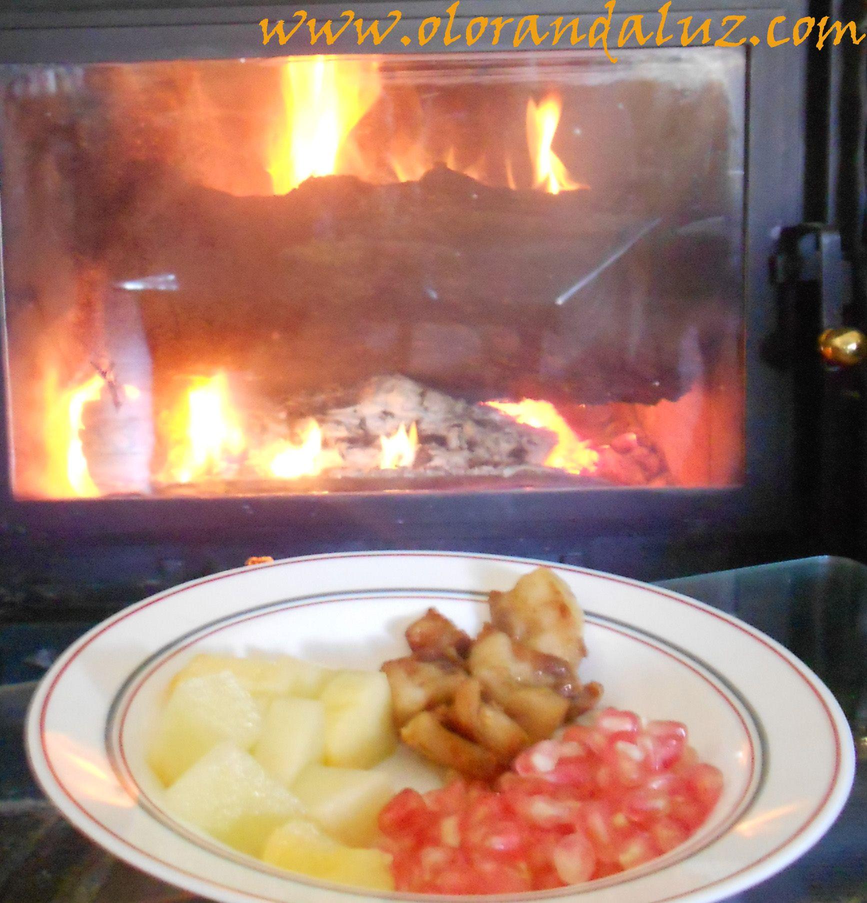 Estos son nuestros acompañamientos para las migas: granada, torreznos, melon...y una buena chimenea!  http://www.olorandaluz.com/migas/