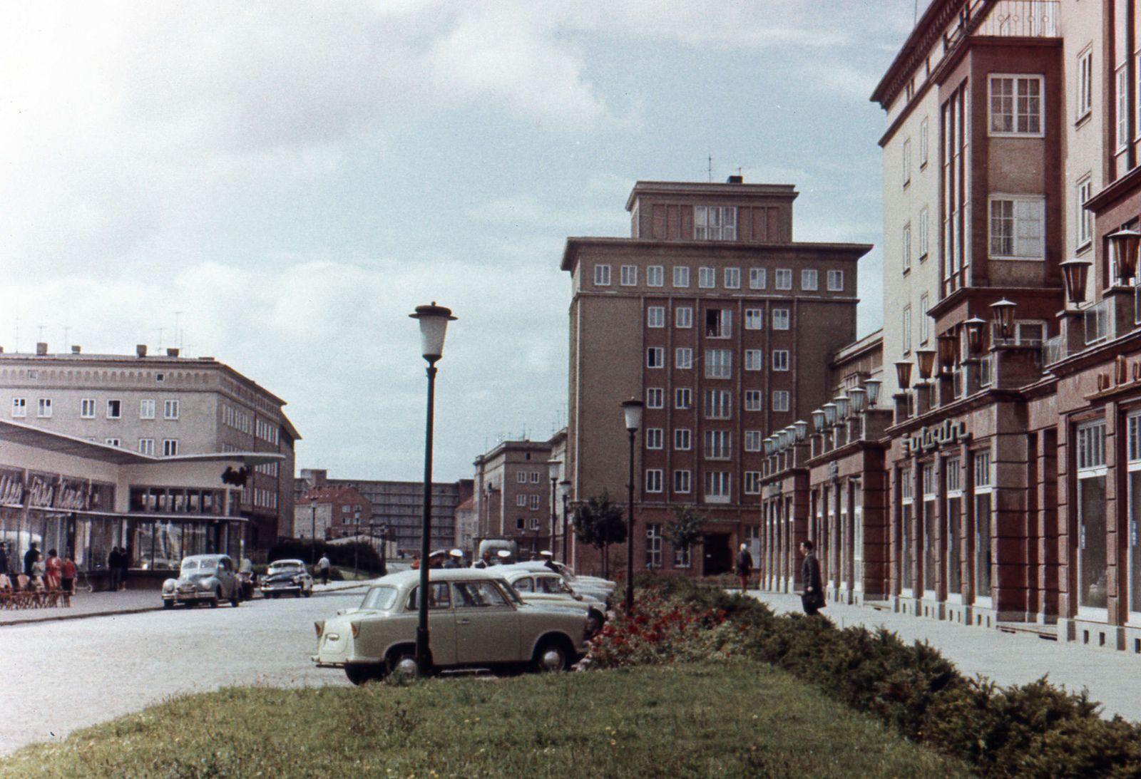 Blick in die Ernst Thälmann Straße in Reutershagen. Rostock, 1966