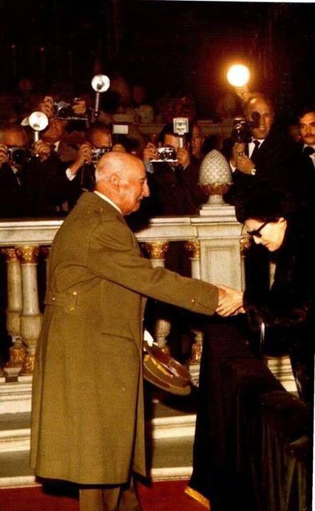 El General Franco, dando el pésame a la viuda del Almirante Carrero Blanco, vilmente asesinado por la banda terrorista ETA.
