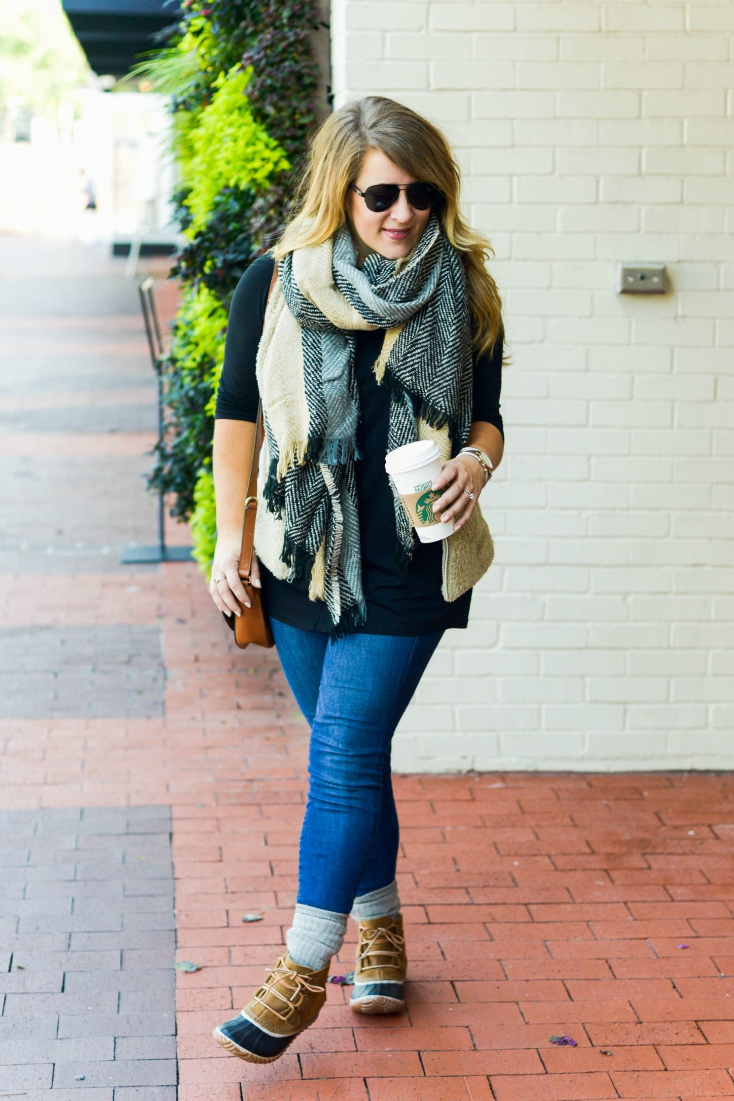 65cc4c1de6294 Duck boot outfit - click through for this easy fall outfit!