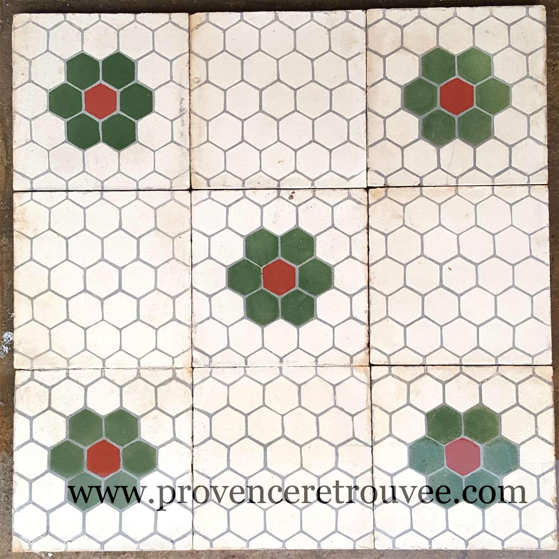 Carreaux De Ciment Anciens De Recuperation Avec Fleurs Verte Et