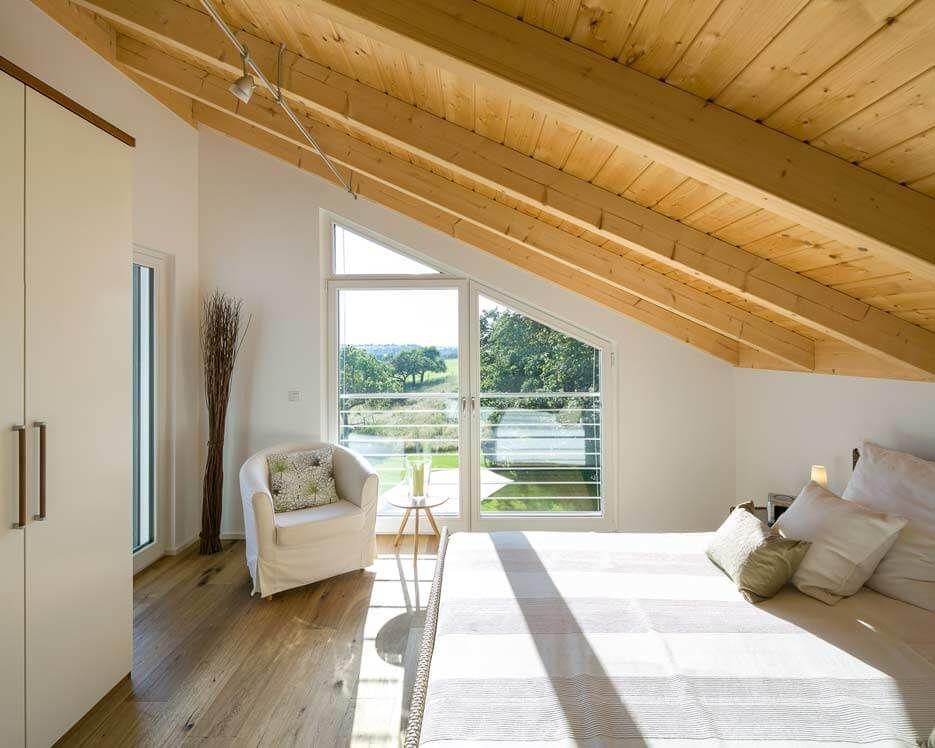schlafzimmer mit dachschräge in naturholz und schrägen fenstern, Schalfzimmer deko