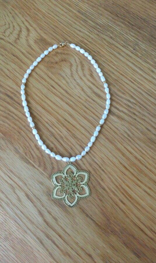 Collar elaborado con perlas de agua dulce y dije en oro golfie