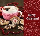 Una taza de café en navidad, con galletas navideñas.