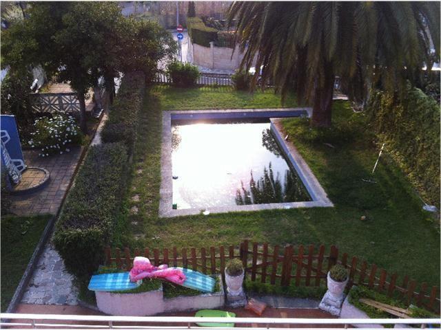 Casa en urbanización de Samil detras del hotel, 130 metros de vivienda, 80 metros en una bodega-vivienda, necesita reforma, vistas, piscina.