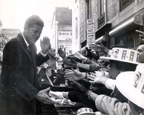 1960. 7 Novembre. Sen. John F. Kennedy (D-Mass.) after spoke from the steps of Providence City Hall on Nov. 7, 1960, the day before his election as President, to a huge crowd in Exchange Place, which was renamed Kennedy Plaza after his assasination in 1963. He was accompanied by his sister Patricia Lawford