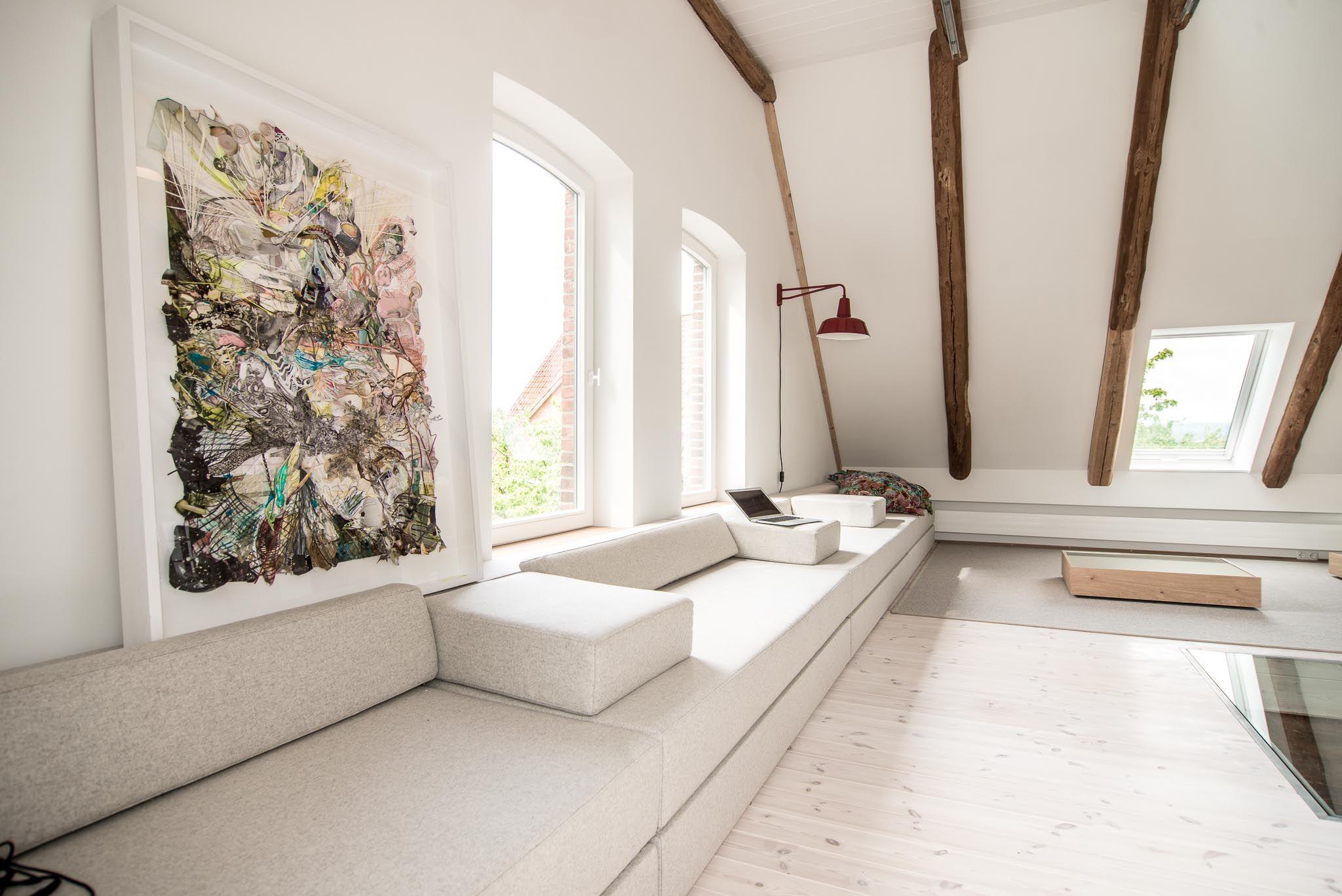sofa kunst licht dachstuhl dachgeschoss holzbalken. Black Bedroom Furniture Sets. Home Design Ideas