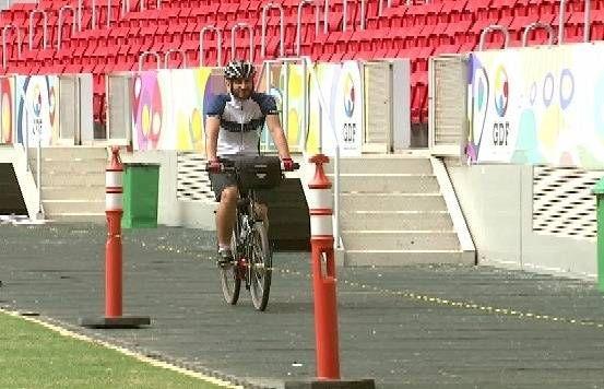 Chega a #Brasília britânico que largou tudo para conhecer cidades-sede da #Copa de #bicicleta