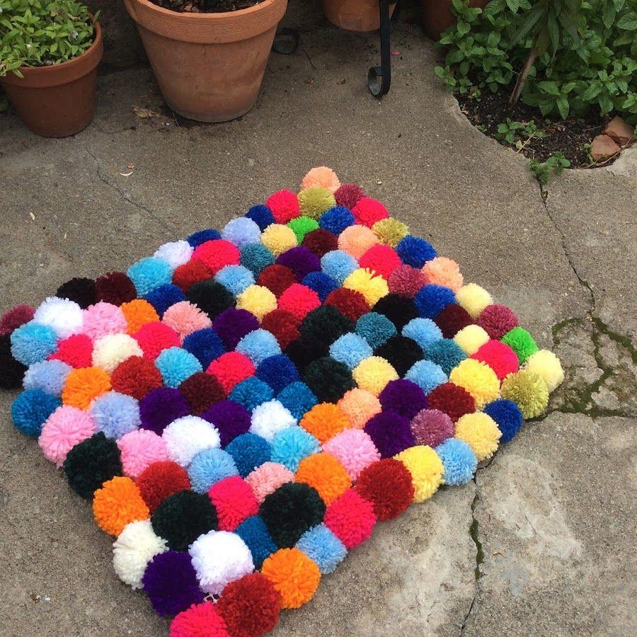 Aprende a hacer pompones de lana para, después, emplearlos en crear una original alfombra.