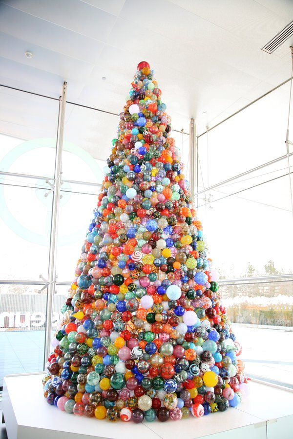 This One-of-a-Kind Christmas Tree Is Made of 2,000 Handmade Glass ...