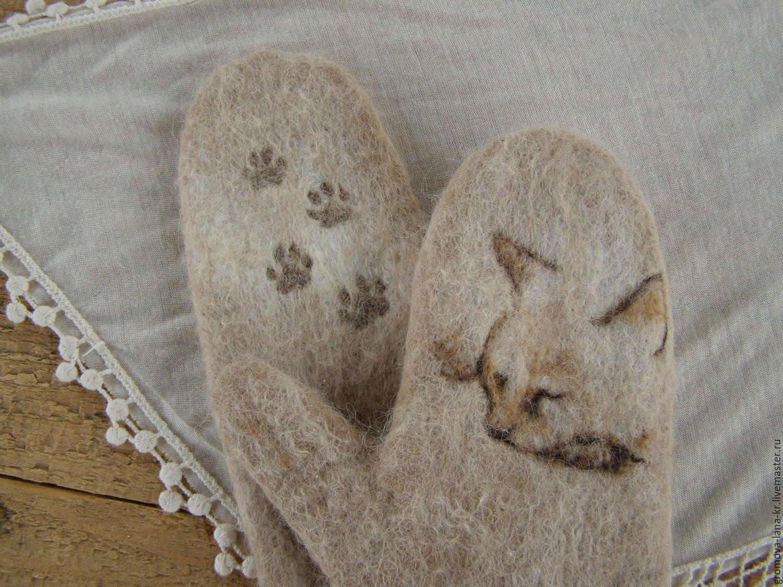 Вязаные варежки с рисунком из валяной шерсти