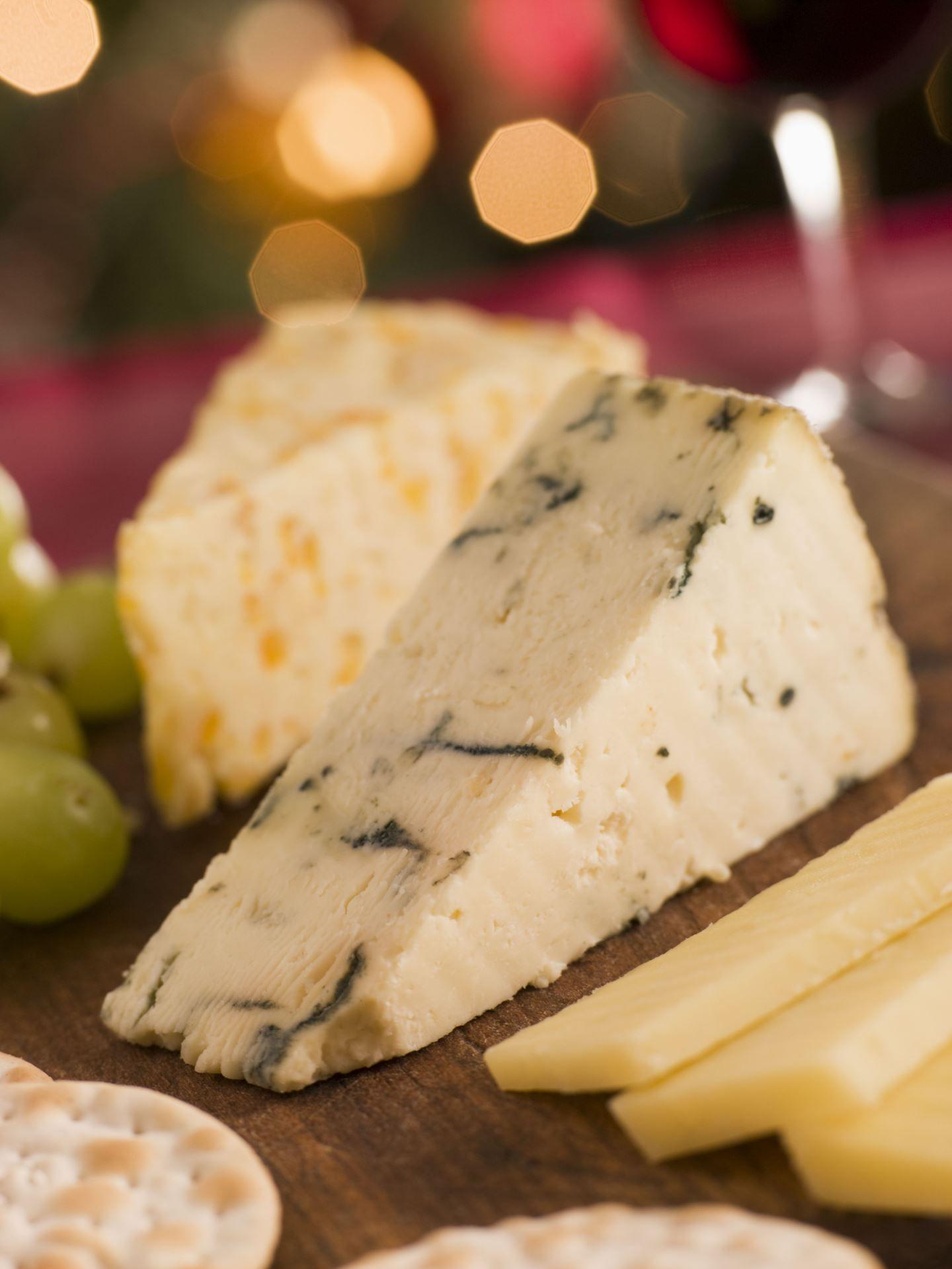 QUEIJO O queijo contém tanta proteína quanto o peru e o peixe. Para cada 4,7 calorias, você tem 1 grama de proteína.