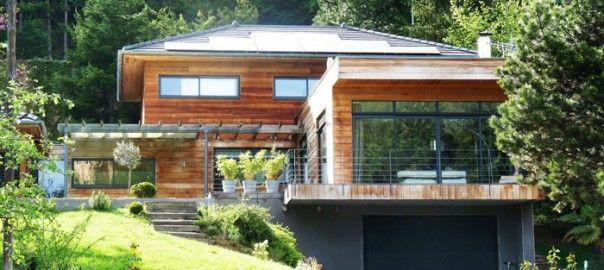 Maison écologique en bois produisant de l\u0027électricité avec des - electricite a la maison