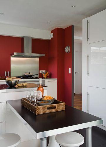 Un mur de cuisine rouge pour allé chercher un punch à la pièce - Photo Cuisine Rouge Et Grise