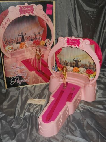 Vintage-1971-DAWN-BEAUTY-PAGEANT-In-Box-w-DAWN-Doll-Flowers-SASHES-Topper